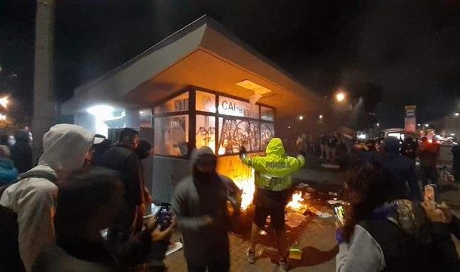 Ataques biológicos contra la Fuerza Pública: fingirían amistad ante los uniformados en medio de las protestas, ofrecerían alimentos o escupiéndolos para contaminarlos