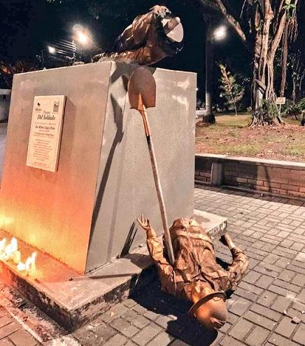 Falsos dolientes de Carlos Julio Giraldo, más conocido como Juliana, derribaron el monumento al soldado ubicado frente al Batallón Agustín Codazzi, de Palmira Valle