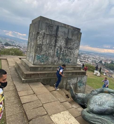 Indígenas tumban la estatua de Sebastían de Belalcazar en Popayán