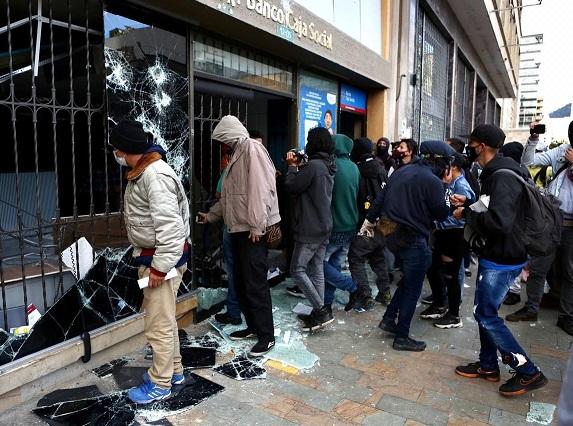 Violentos irrumpen en una sede bancaria, la saquean y no obstante la alcaldesa de Bogotá, insistía en que la Plaza de Bolívar estaba disponible