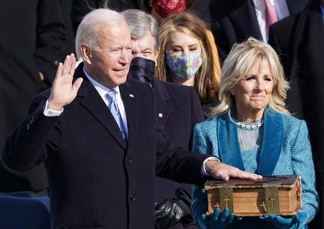 Contra una Biblia, juró Biden, dice buscar la unión pero omite la violencia de Antifa/Black Lives Matter, pero si trae en su discurso la supremacía blanca, además de 17 proposiciones para revertir los invaluables avances de Donald Trump